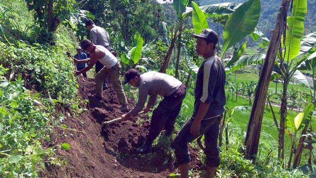 Polsek Sumbermalang dan Warga Sumberargo Kerja Bakti Buka Akses Jalan Penghubung Antar Dusun