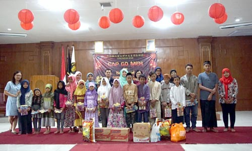 Panitia bersama anak yatim piatu Panti Asuhan Siti Hajar Malang. (karel julianus)