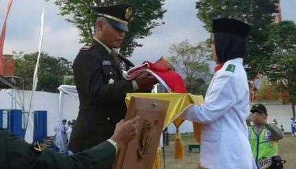 Danramil 0818 /29 Dau  Pimpin Upacara Penurunan Bendera HUT ke 73  RI
