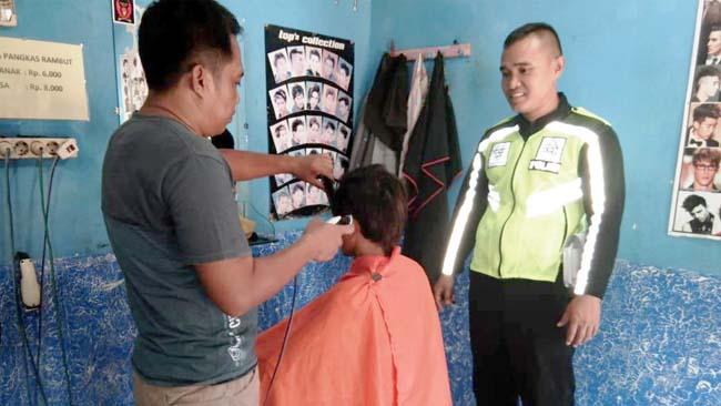 Ide Kreatif Polisi Sambut HUT RI ke-73, Potong Rambut Gratis Bagi Warga Bernama Agus