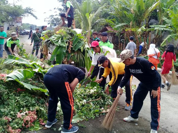 Warga Trigonco bersama Forpimka Asembagus Kompak Kerja Bakti Bersihkan Aliran Sungai
