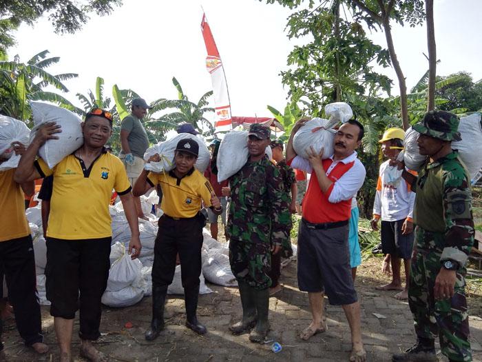 TNI-Polri dan Rakyat Perbaiki Tanggul Jebol