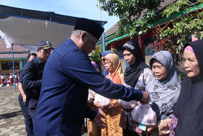 Pemkab Malang Bina Desa di Sumbersuko, Salurkan Bantuan ke Warga