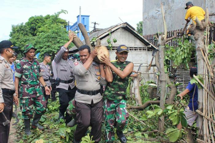 Tanggap Bencana, TNI-Polri dan  Warga Evakuasi Runtuhan Akibat Terjangan Angin Puting Beliung