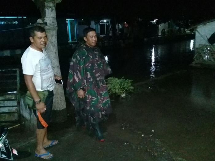 Bhabinkamtibmas Polsek Panarukan bersama Babinsa Tinjau Lokasi Banjir Akibat Luapan DAM Pintu 5 Kotakan