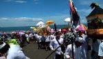 Jolen Dilepas, Warga Berebut Berkah Melasti di Pantai Paseban
